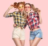 Muchacha divertida de la moda loca divirtiéndose Empollón sonriente foto de archivo libre de regalías