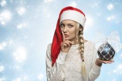 Muchacha divertida de la Navidad con el sombrero rojo Imagenes de archivo