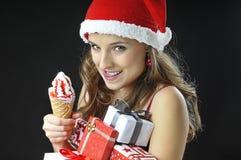 Muchacha divertida de la Navidad con helado Fotos de archivo