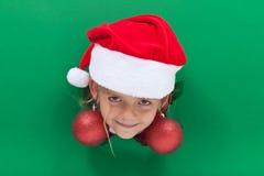 Muchacha divertida de la Navidad con los pendientes de la chuchería Fotos de archivo