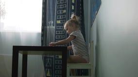 Muchacha divertida de la niña que juega el mosaico almacen de video