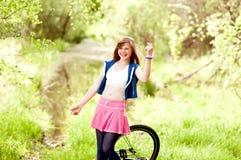 Muchacha divertida del adolescente con la bicicleta Fotografía de archivo libre de regalías