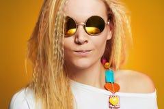 Muchacha divertida del adolescente en gafas de sol Imagen de archivo