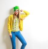 Muchacha divertida del inconformista de la moda que sonríe y que va loca Imagen de archivo libre de regalías