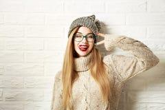Muchacha divertida del inconformista en la ropa del invierno que va loca Fotografía de archivo