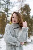 Muchacha divertida del inconformista en suéter hecho punto imagen de archivo libre de regalías