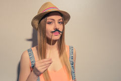 Muchacha divertida del verano Foto de archivo libre de regalías