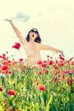 Muchacha divertida despreocupada que canta en campo de flores de la amapola del verano Fotografía de archivo libre de regalías