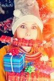 Muchacha divertida en casquillo de la Navidad Fotografía de archivo libre de regalías