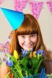 Muchacha divertida en casquillo del cumpleaños Foto de archivo libre de regalías
