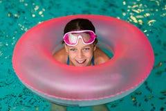 Muchacha divertida en gafas rosadas en la piscina Imagenes de archivo
