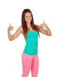 Muchacha divertida en ropa de deportes que dice muy bien Fotos de archivo libres de regalías