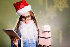 Muchacha divertida en sombrero de Navidad con tres cajas de Fotos de archivo