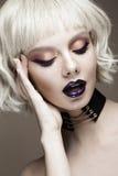 Muchacha divertida hermosa en una peluca blanca, con maquillaje creativo del arte y pecas Cara de la belleza imagen de archivo libre de regalías