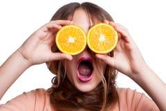 Muchacha divertida hermosa joven con la rebanada y el maquillaje anaranjados y peinado que mira la cámara Fotografía de archivo
