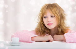 Muchacha divertida hermosa soñolienta con un café Imagen de archivo