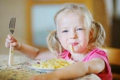 Muchacha divertida linda que come los espaguetis Fotografía de archivo