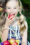 Muchacha divertida que come la manzana Foto de archivo libre de regalías