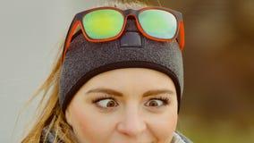 Muchacha divertida que hace el estrabismo de ojos Foto de archivo libre de regalías