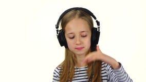 Muchacha DJ en los auriculares que se divierten con música Cámara lenta metrajes