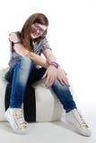 Muchacha DJ que se sienta con los auriculares en su cuello Foto de archivo libre de regalías
