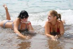 Muchacha dos en una playa Imagenes de archivo