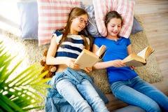 Muchacha dos que estudia en casa Imagenes de archivo