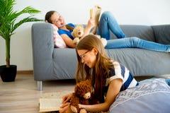 Muchacha dos que estudia en casa Foto de archivo libre de regalías