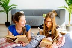Muchacha dos que estudia en casa Fotos de archivo