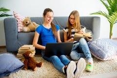 Muchacha dos que estudia en casa Fotos de archivo libres de regalías