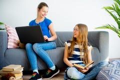 Muchacha dos que estudia en casa Imagen de archivo libre de regalías