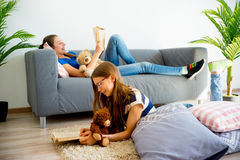 Muchacha dos que estudia en casa Fotografía de archivo