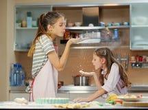 Muchacha dos que hace la pasta en la cocina casera Fotografía de archivo