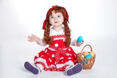 Muchacha dulce con los huevos de Pascua foto de archivo