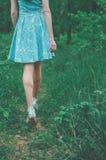 Muchacha dulce en bosque del verano Foto de archivo