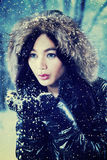 Muchacha dulce en la chaqueta de la piel que juega nieve Foto de archivo libre de regalías
