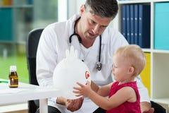 Muchacha dulce en la oficina del pediatra Fotografía de archivo libre de regalías