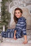Muchacha dulce en los pijamas que consiguen listos para la cama Imagenes de archivo