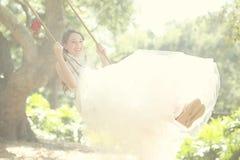 Muchacha dulce en una determinación al aire libre romántica de maderas Foto de archivo