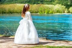 Muchacha dulce en vestido de la comunión al aire libre. Fotos de archivo libres de regalías