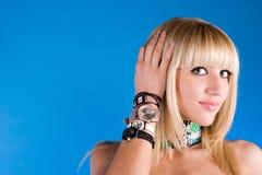 Muchacha dulce hermosa con diverso reloj en la mano Imagen de archivo