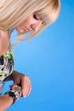 Muchacha dulce hermosa con diverso reloj en la mano Fotos de archivo libres de regalías