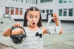 Muchacha dulce que sostiene el auricular Foto de archivo