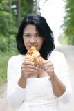 Muchacha dulce y bonita que come la pizza Imagen de archivo libre de regalías