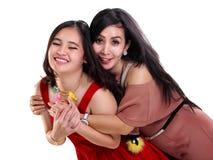 Muchacha dulce y su madre cariñosa foto de archivo