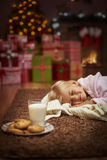 Muchacha durante tiempo de la Navidad fotografía de archivo libre de regalías