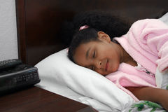 Muchacha durmiente en cama Imagen de archivo