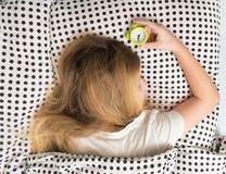 muchacha durmiente en cama con el despertador, Fotos de archivo