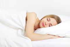 Muchacha durmiente en la cama Foto de archivo libre de regalías