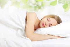 Muchacha durmiente en la cama fotos de archivo